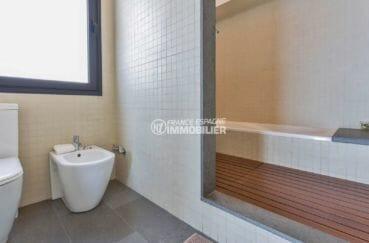 acheter maison costa brava, roses, deuxième salle de bains avec baignoire, wc et bidet