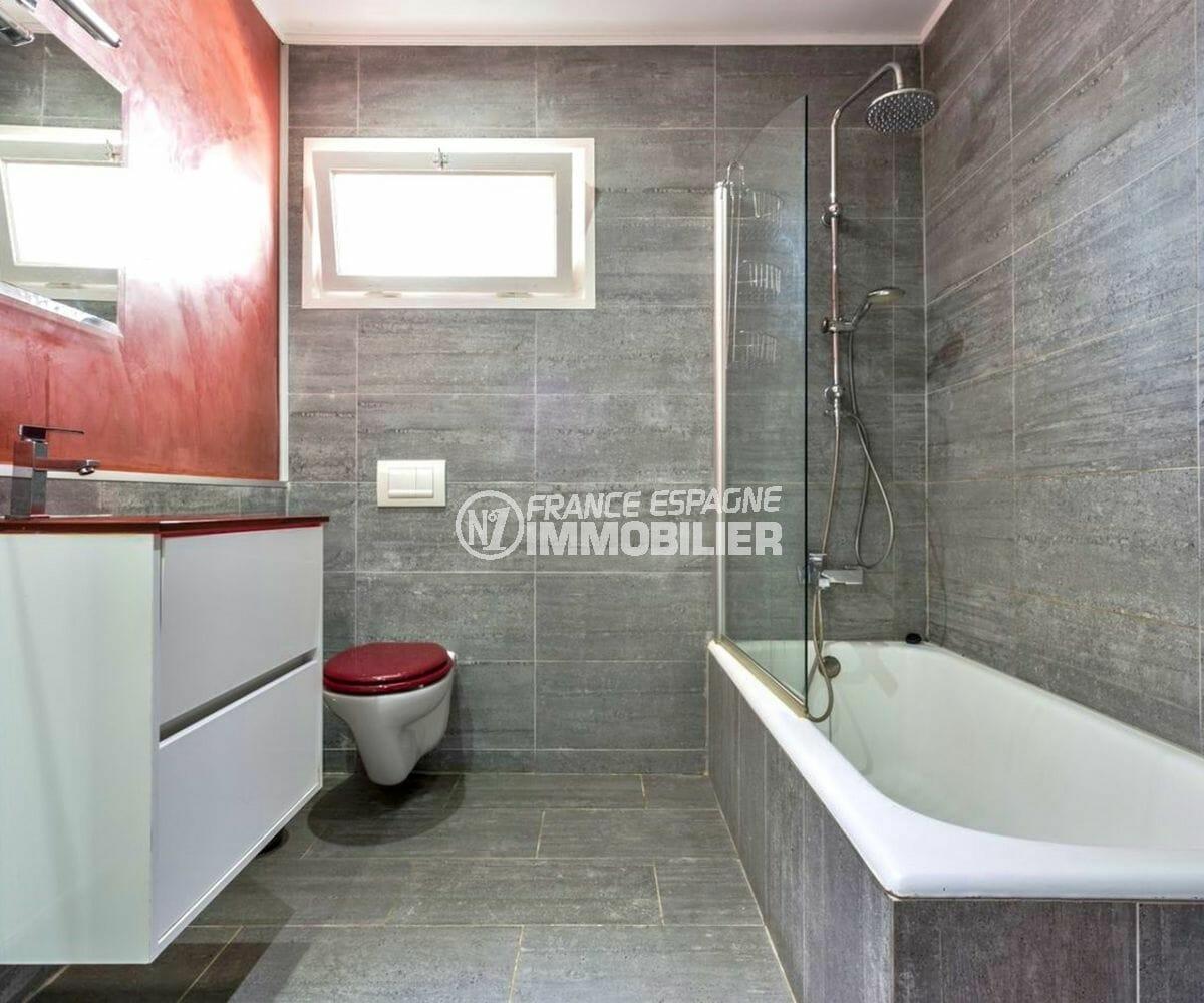 vente immobiliere costa brava: villa 149 m², salle de bains avec baignoire vasque et wc