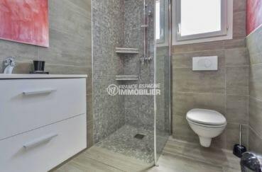 achat maison espagne costa brava, proche commerces, salle d'eau avec douche, vasque et wc