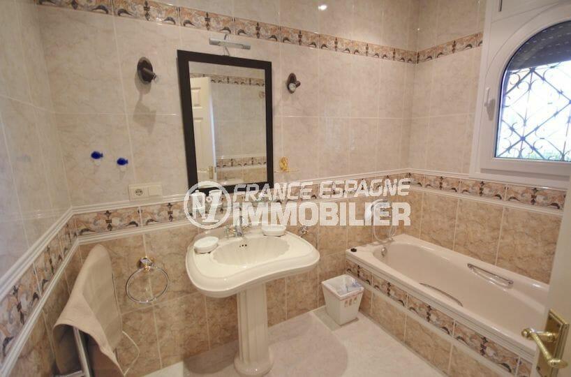 maison a vendre espagne rosas, piscine, salle de bains attenante de la suite parentale