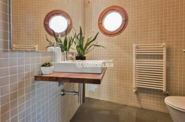 immocenter roses: villa ref.3916, aperçu des toilettes indépendantes avec lavabo