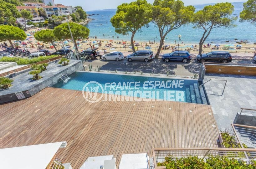 vente appartements rosas espagne, atico, vue sur la piscine et front de mer depuis la terrasse