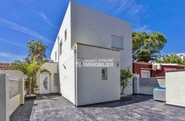 maison a vendre espagne catalogne, piscine, vue porte d'entrée, parking pour 2 voitures