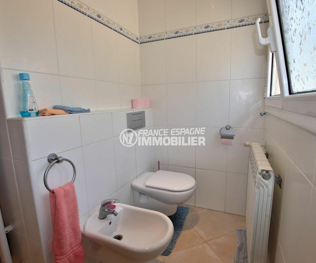 n1immobilier: villa ref.3930, première salle de bains avec bidet et toilettes