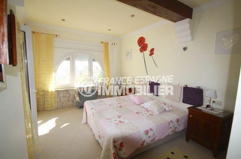 immocenter roses: villa 216 m², première suite parentale avec salle de bains attenante