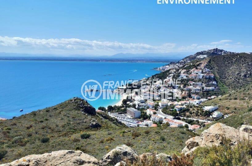paysage montagneux près de la mer aux environs