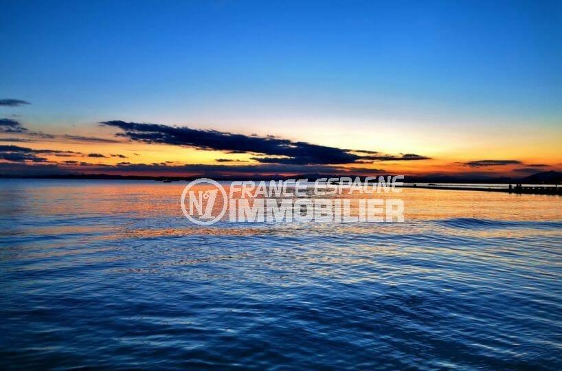 magnifique couché de soleil sur la mer environnante