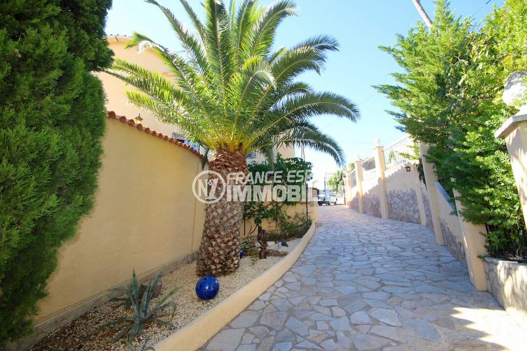 maison a vendre espagne bord de mer, garage, vue sur les extérieurs autour de la villa