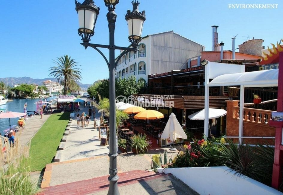 terrasses de restaurants près du canal aux environs