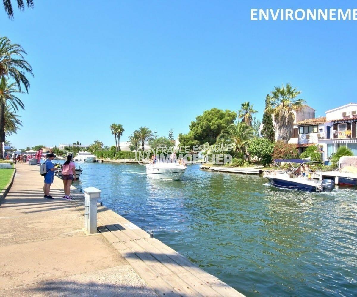 promenade au bord du canal aux environs