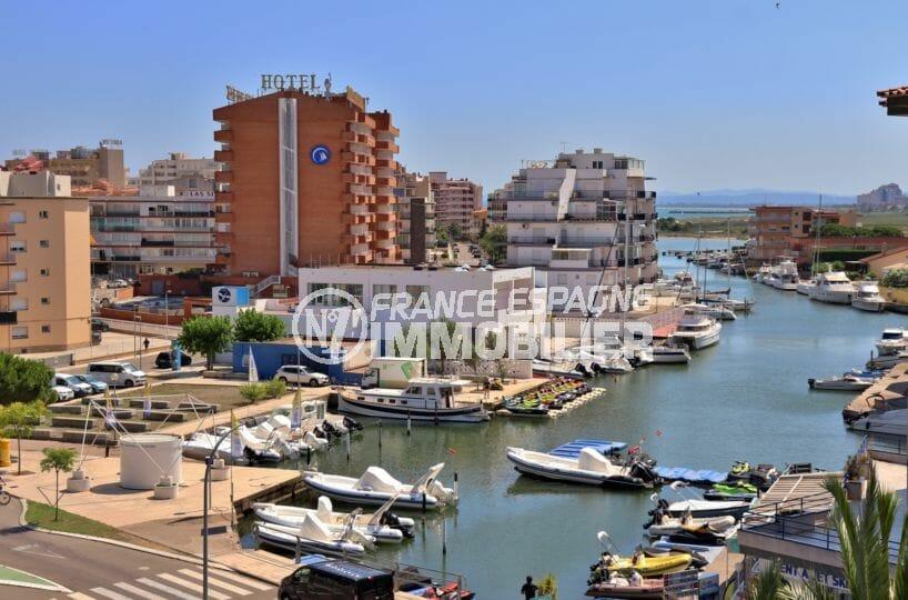 immo rosas: appartement rénové, vue sur la marina, piscine et parking, plage à 500 m