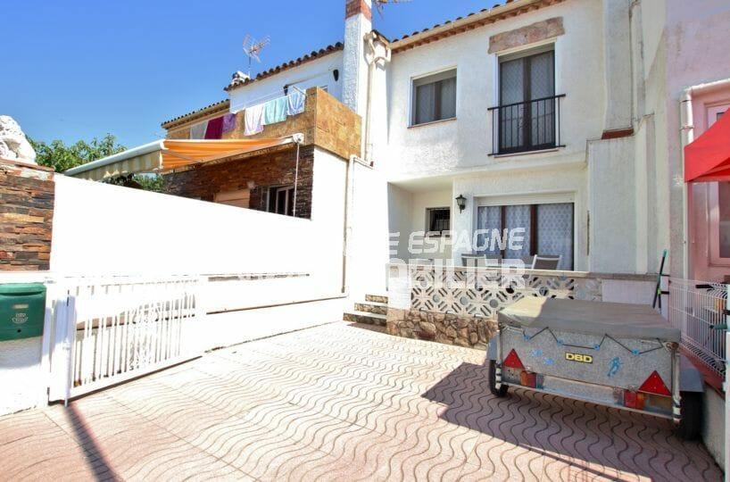 vente immobilier costa brava: villa 60 m², vue sur la façade et le parking en commun