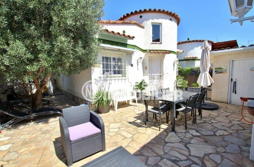 immobilier empuria brava: villa avec appartement indépendant, proche plage et commerces