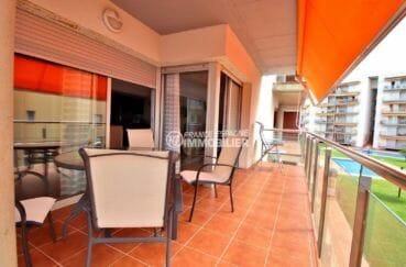 immobilier rosas: appartement dans résidence avec piscine, parking & cave privés