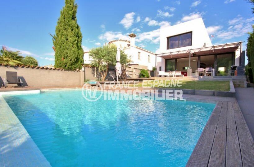immobilier empuria brava: villa contemporaine avec piscine, garage et amarre, proche plage