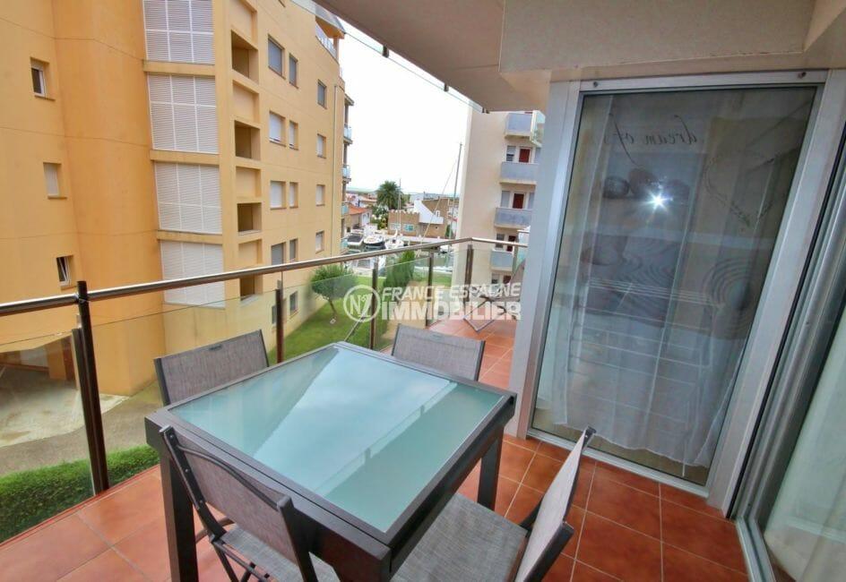 immobilier rosas: appartement vue mer / canal, piscine, parking, cave et amarre privés
