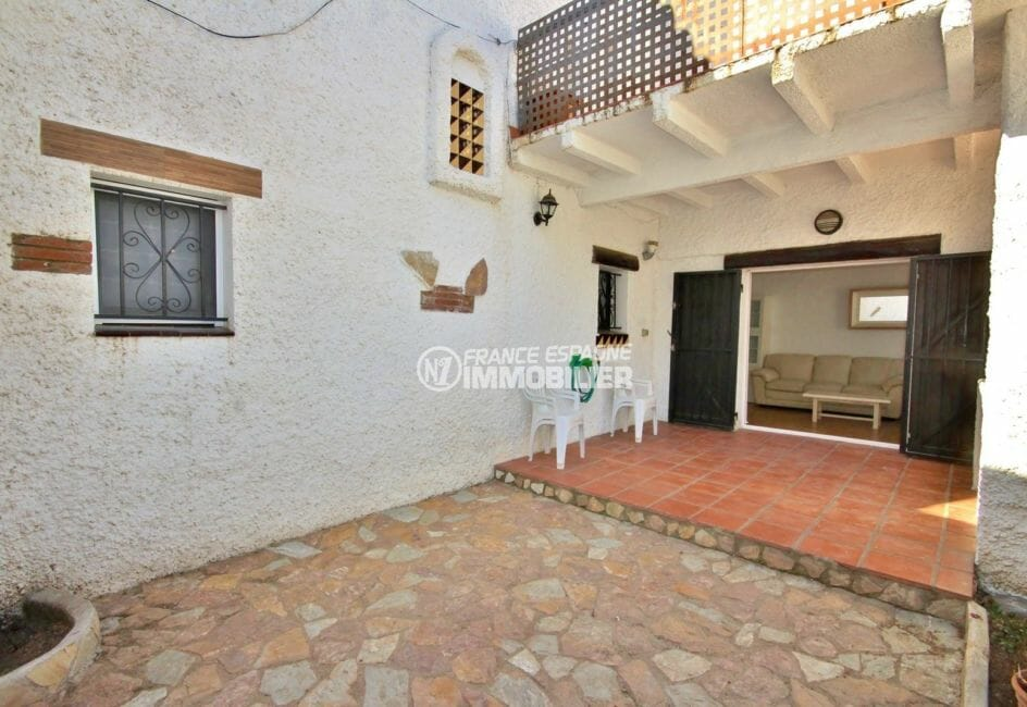 immobilier rosas: villa dans résidence avec piscine communautaire et parking privé