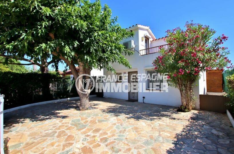 immobilier rosas: villa rrénivée, possibilité piscine, proche plage, parking cour