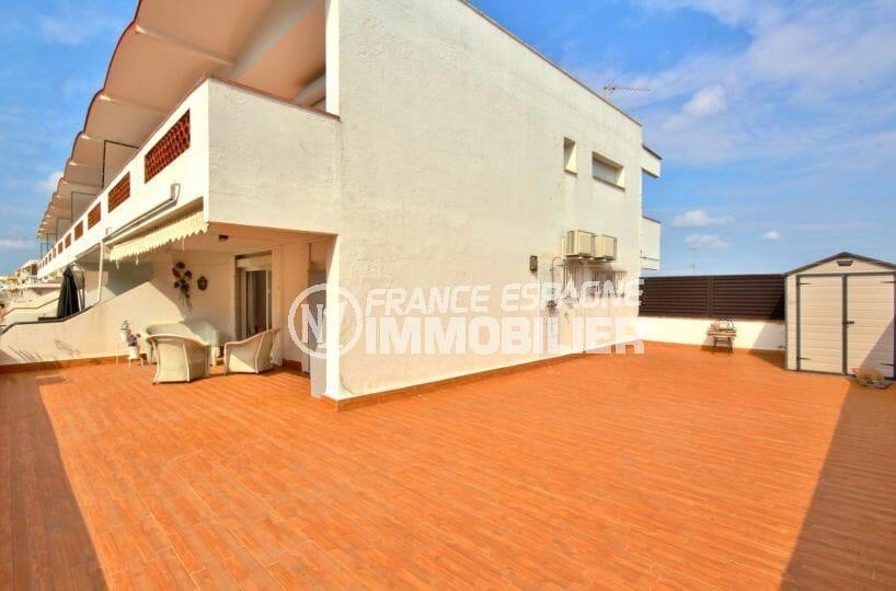 immobilier empuria brava: appartement parking, vue sur la grande terrasse de 100 m²