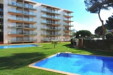 vente appartement rosas, moderne, aperçu des extérieurs de la résidence avec piscines