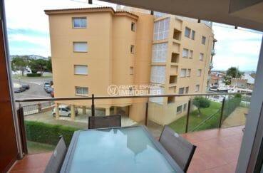 immo roses: appartement 57 m², terrasse coin détente avec vue sur la mer et le canal