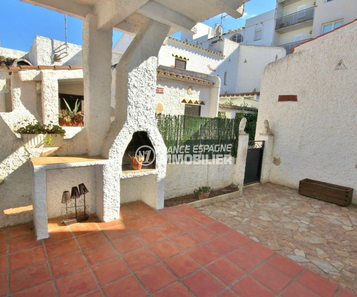 immo roses: villa 57 m², vue sur la porte d'entrée et première terrasse avec barbecue