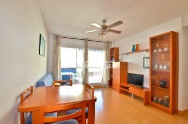 appartement a vendre rosas, proche plage, salon / séjour avec rangements accès terrasse 9 m²