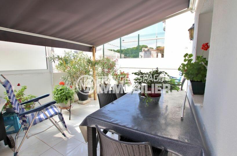 immobilier rosas: appartement 121 m², grande terrasse de 28 m² coin repas et détente
