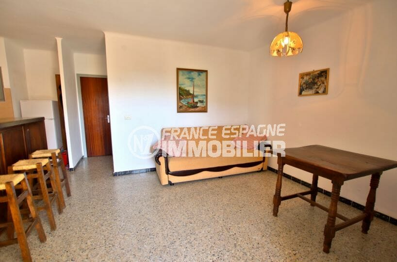 appartement a vendre rosas, petit prix, salon / séjour avec cuisine ouverte