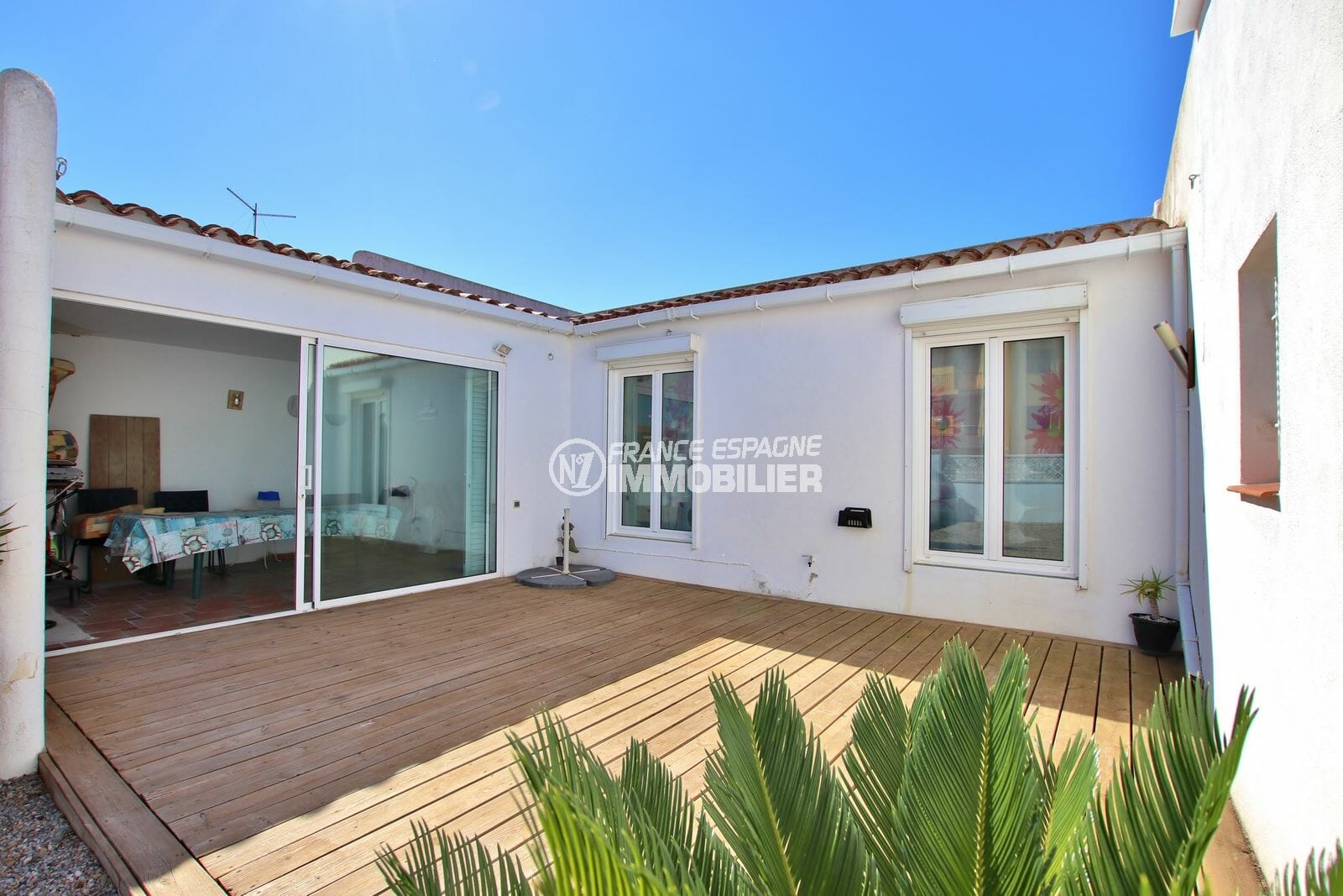 immo roses: villa proche plage, aperçu de la terrasse accès à la véranda, terrain de 218 m²