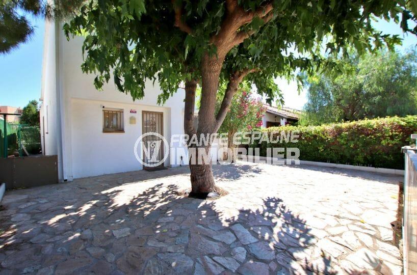 immo roses: villa 71 m², vue sur la façade et la porte d'entrée, terrain 180 m²