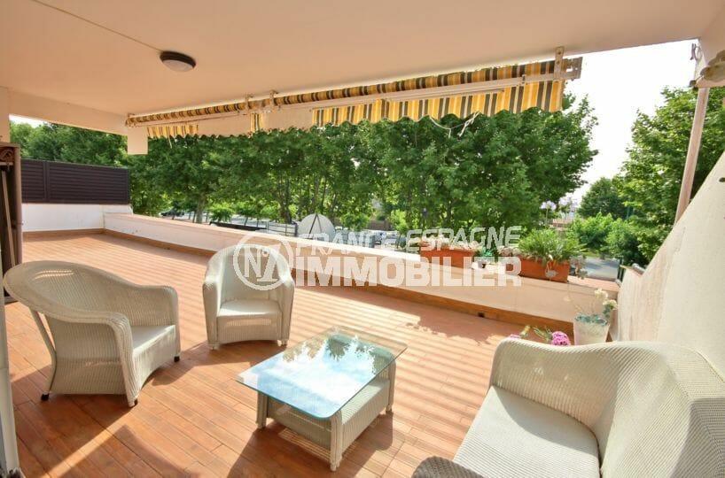 agences immobilières empuriabrava: appartement avec grande terrasse, parking, au pied des commerces