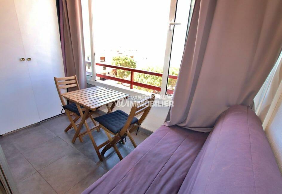 immobilier rosas: studio 30 m², terrasse véranda avec vue mer et canal accès salon