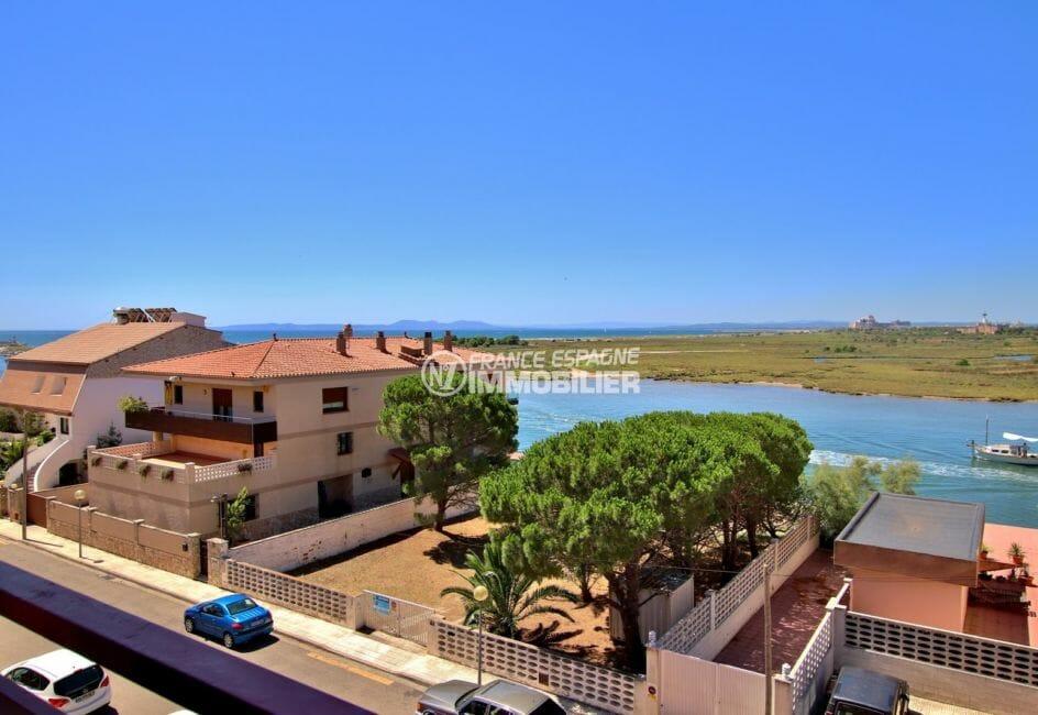 appartement a vendre rosas, piscine, vue sur le canal et la mer depuis la terrasse véranda