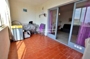 vente appartement rosas, proche plage, terrasse véranda de 9 m² accès au salon