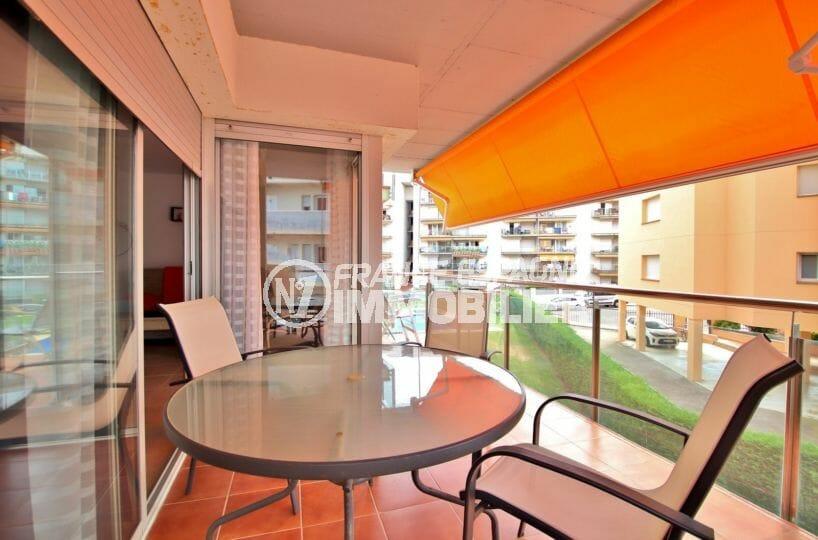 immo roses: appartement 63 m², terrasse de 20 m² petite vue canal, coin détente accès salon