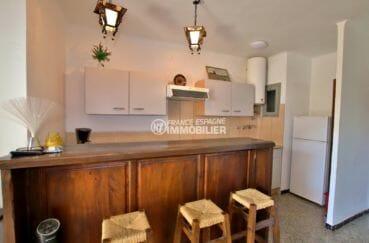 vente appartement rosas, parking, cuisine ouverte sur le salon avec bar