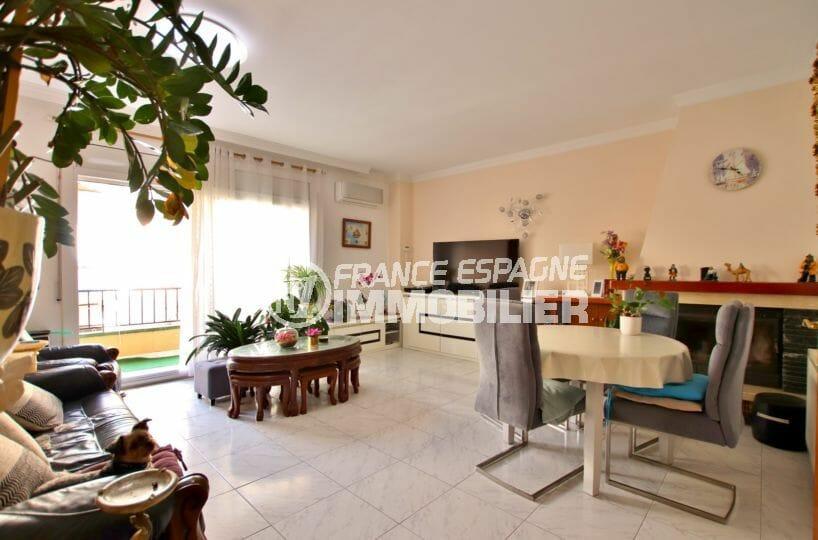 appartement a vendre rosas, proche plage, salon / séjour avec accès à la terrasse