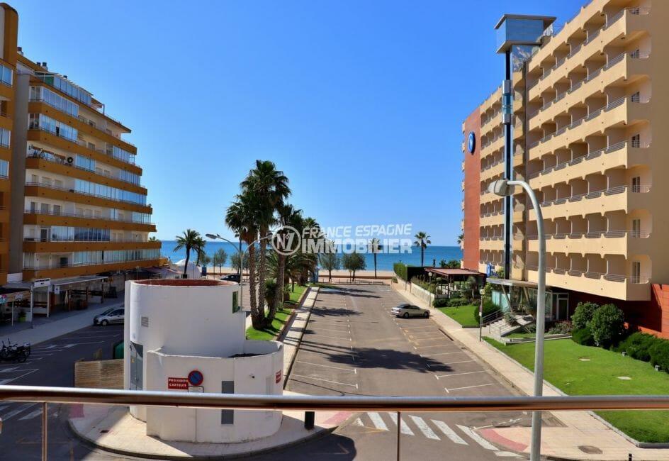immo roses: appartement 34 m², vue frontale sur la mer depuis la terrasse
