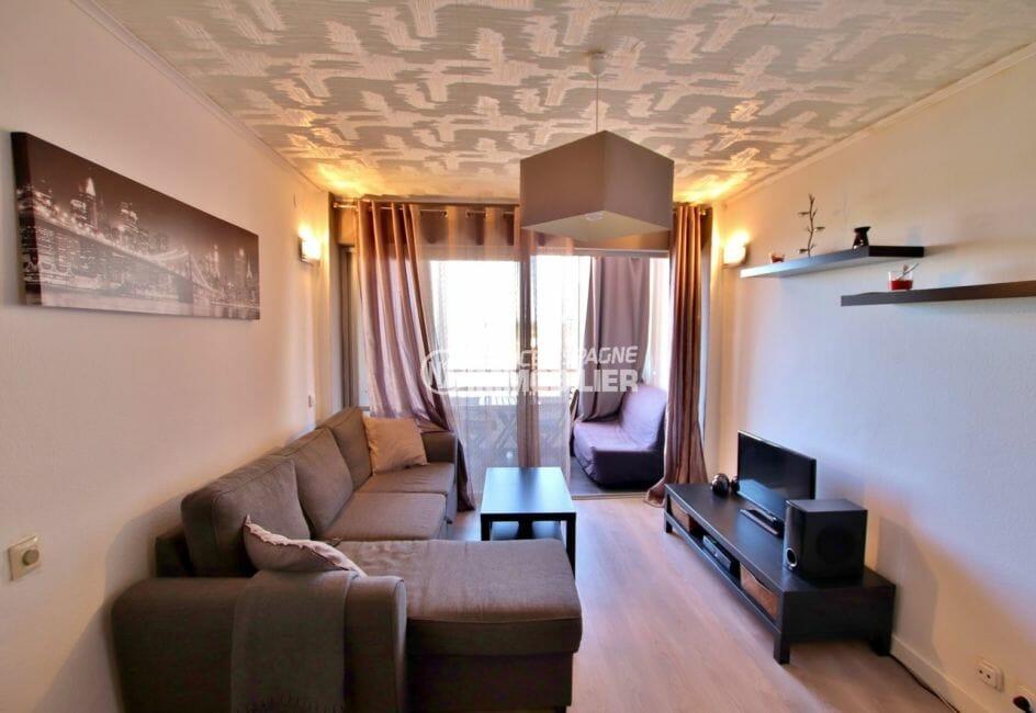 vente appartement rosas, proche plage, salon / séjour avec canapé accès terrasse