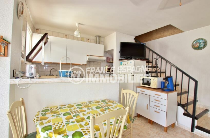 maison a vendre empuria brava, proche plage, cuisine ouverte avec coin repas et l'escalier