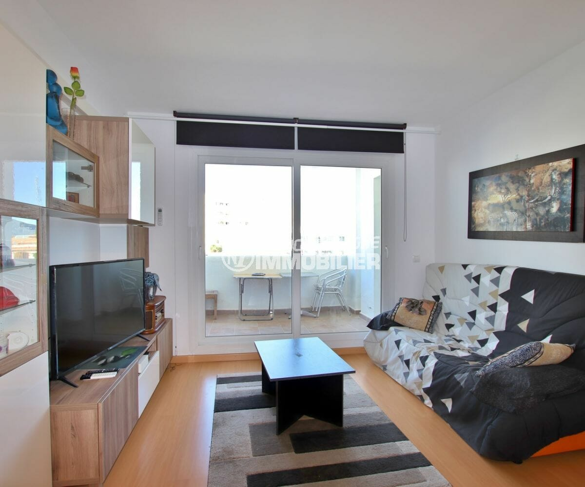 immo roses: appartement 60 m², salon / séjour avec canapé convertible accès terrasse