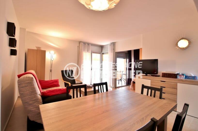 agence immobilière costa brava: appartement 63 m², salon / séjour avec rangements accès terrasse