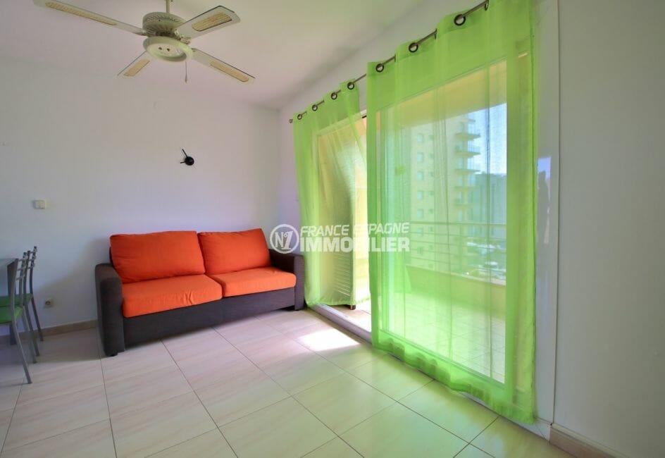 immo roses: appartement 38 m², salon / séjour lumineux avec accès à la terrasse