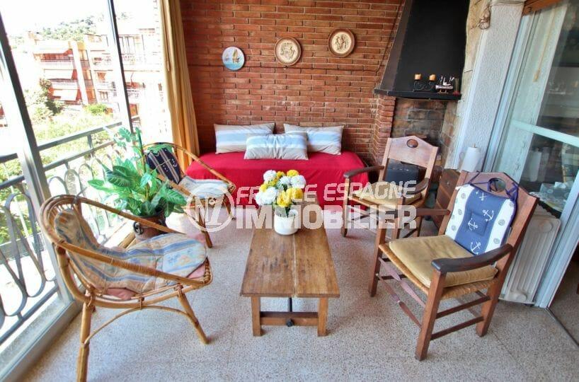 vente appartement rosas, parking, coin détente et repos sur la terrasse de 25 m²