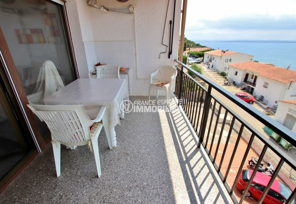 immo roses: appartement 48 m², terrasse de 8 m² coin repas 2ème ligne de mer accès salon