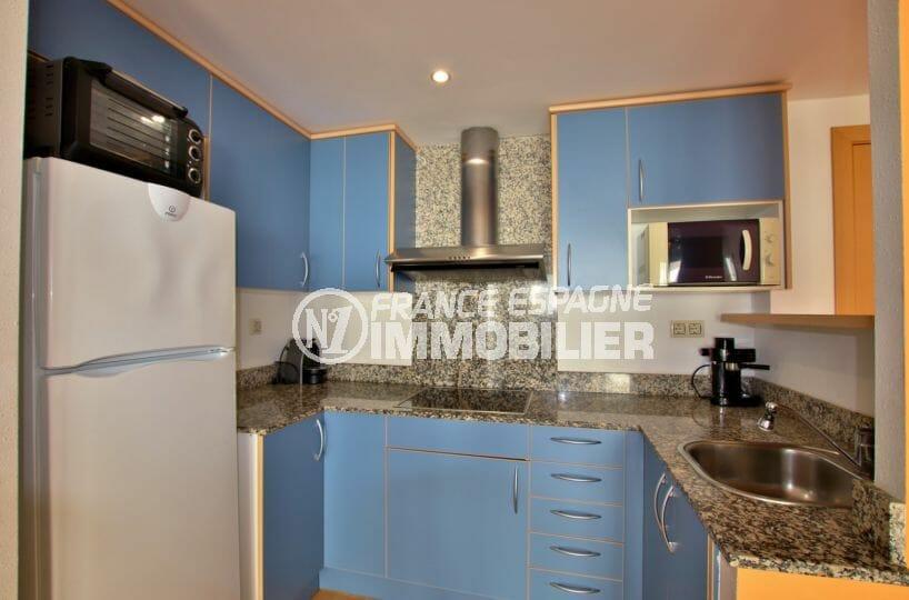 immo roses: appartement 55 m², cuisine aménagée et équipée avec des rangements