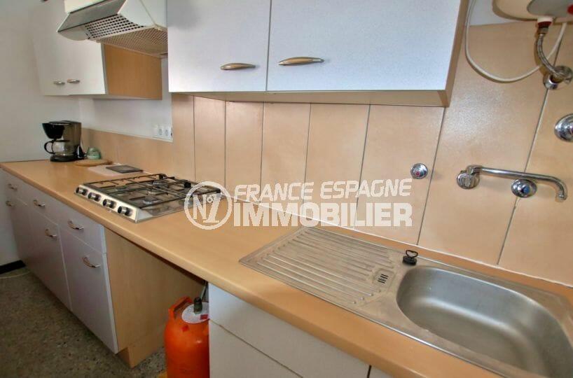 immo roses: appartement 33 m², cuisine aménagée avec des rangements