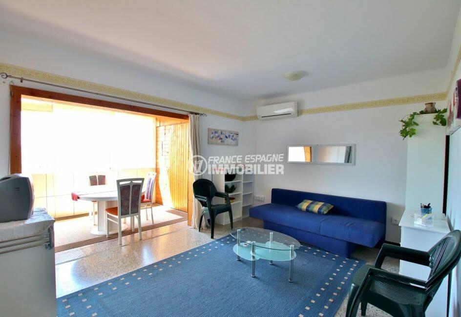 immo roses: appartement 33 m², salon / séjour avec terrasse véranda vue mer