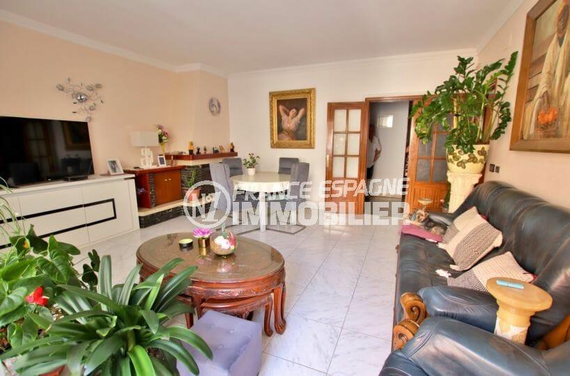 vente appartement rosas, possibilité garage, salon / séjour avec belle cheminée